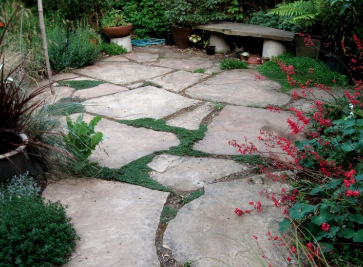 15 fantastic flagstone patio design ideas for Small stone patio ideas
